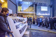 Vecinos de Ermua protestan a las puertas del Ermua Antzokia, este lunes, antes del encuentro con responsables del Gobierno vasco.