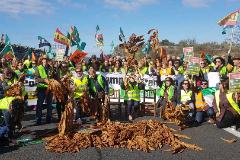 Movilización histórica de agricultores en Extremadura: primeros cortes de carreteras