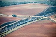 El tren de Alta Velocidad Española durante uno de sus trayectos por Castilla- La Mancha, una de las comunidades autónomas más afectadas por la despoblación rural.