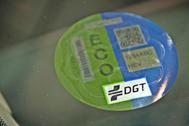 Una etiqueta ECO de la DGT en un parabrisas de un coche