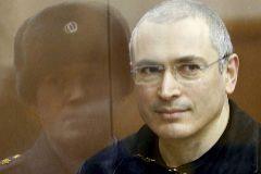 Jodorkovski, con efectivos de la Policía rusa antes de que el tribunal pronunciara su sentencia.