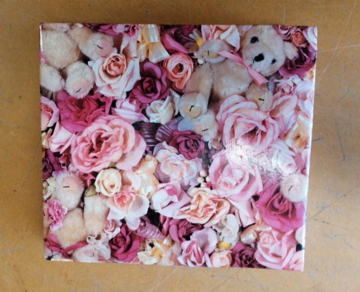 Portada del álbum de fotos hallado en la tienda de segunda mano Opnieuw & Co.