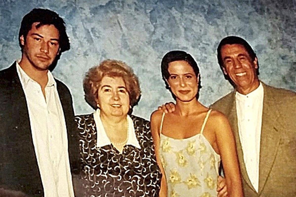 Maria, entre Keanu Reeves, Aitana Sánchez-Gijón y Alfonso Arau.