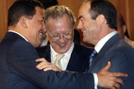 Hugo Chávez saluda a José Bono, en presencia de Raúl Morodo, en 2005.