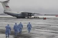 Coronavirus: Médicos se dirigen a un avión en un aeropuerto ruso.