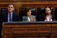 Pedro Sánchez, con sus vicepresidentes primero y segundo este miércoles en el Congreso.