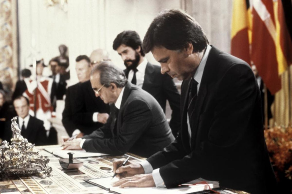 Fernando Morán, junto a Felipe González en la firma de la adhesión de España a la Comunidad Europea en 1985.
