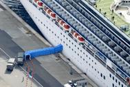 Desembarcan los pasajeros del 'Diamond Princess' atracado en el puerto de Yokohama,al sur de Tokio, Japón.
