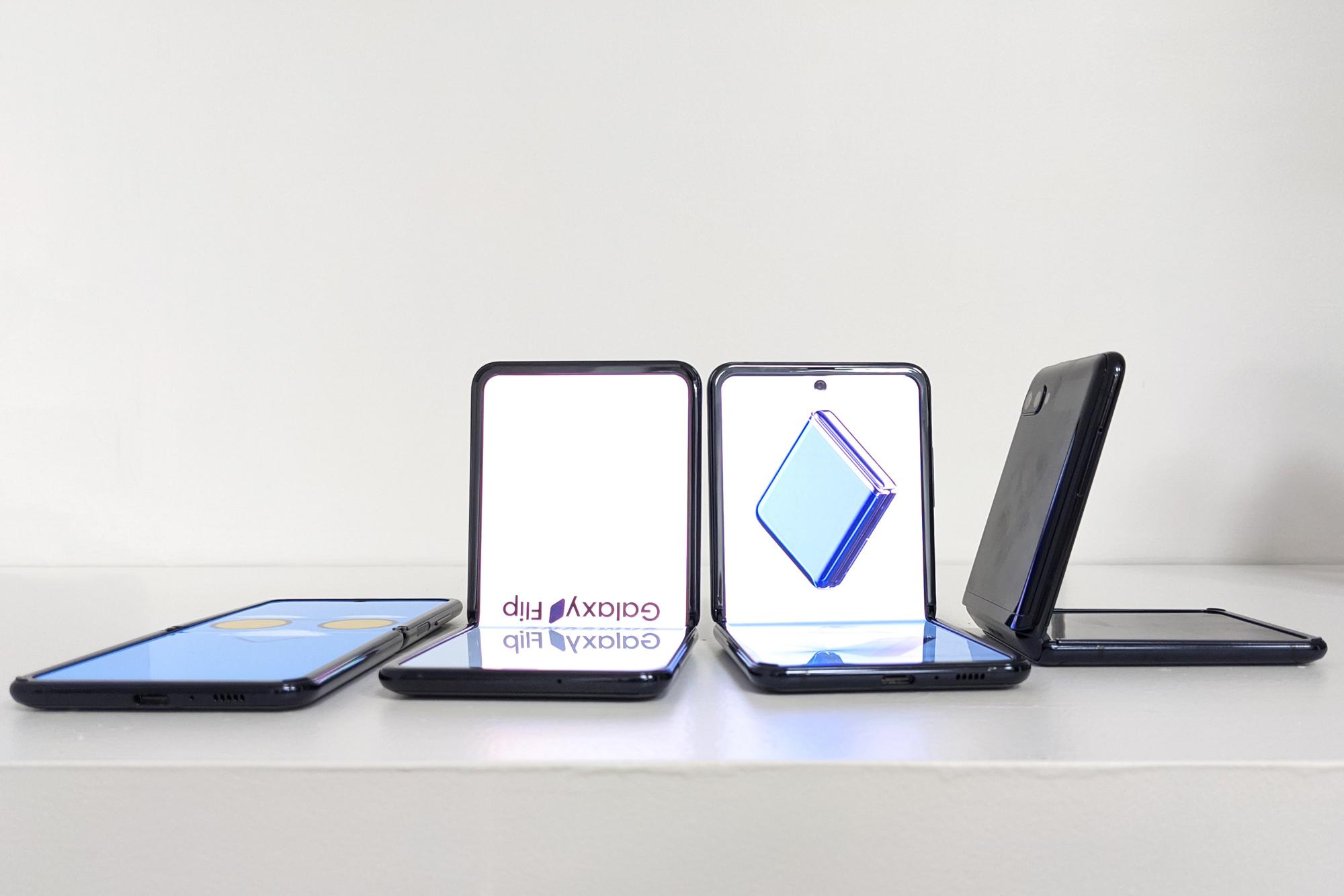 Varios Galaxy Z Flip. El teléfono -como si acabase de tirarse en el sofá al volver del trabajo- se puede colocar de casi cualquier forma y ángulo siempre que no supere los 180 grados (o superando los 180º, pero en este caso solo una vez).