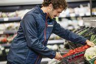 Un empleado de Aldi en uno de sus supermercados.