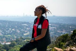 La escaladora Saray Khumalo observa Johannesburgo desde un alto.