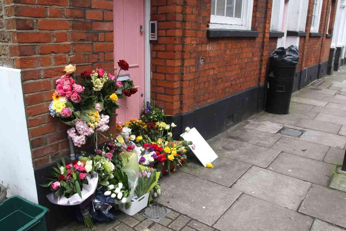 El pequeño altar de flores en la puerta de la casa de la presentadora.