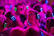 Un grupo de jóvenes disfruta de una 'silent party' durante un festival de música celebrado en Polonia.