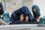 El asesino confeso de la mujer hallada dentro de un contenedor, custodiado por la Guardia Civil.