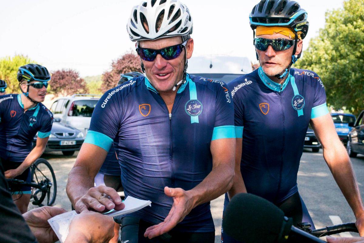 Lance Armstrong firma autógrafos en julio de 2015.