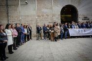 Los representantes de Vox se apartan, este miércoles, durante el minuto de silencio contra la violencia machista ante las Cortes.