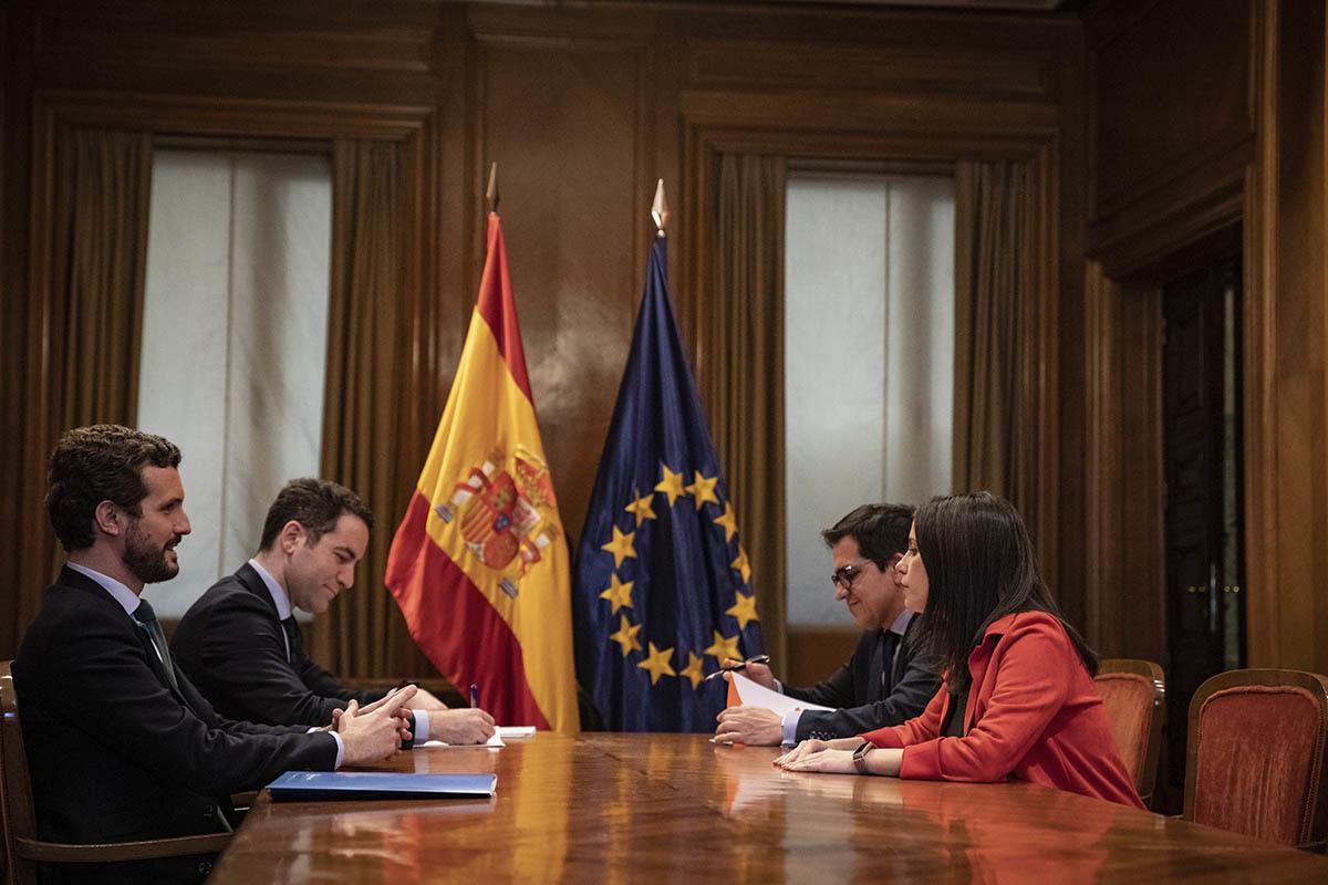 El presidente del PP, Pablo Casado, y la portavoz de Cs en el Congreso, Inés Arrimadas, este martes, en el Congreso.