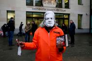 Un manifestante utiliza una máscara de Julian Assange en una protesta para evitar la extradición del fundador de Wikileaks a EEUU.