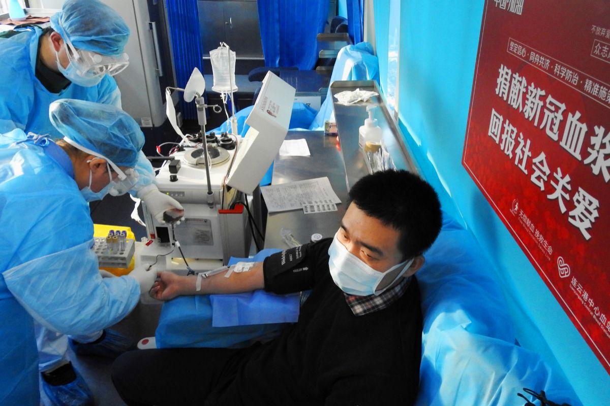 Un paciente curado dona sangre en Lianyungang.