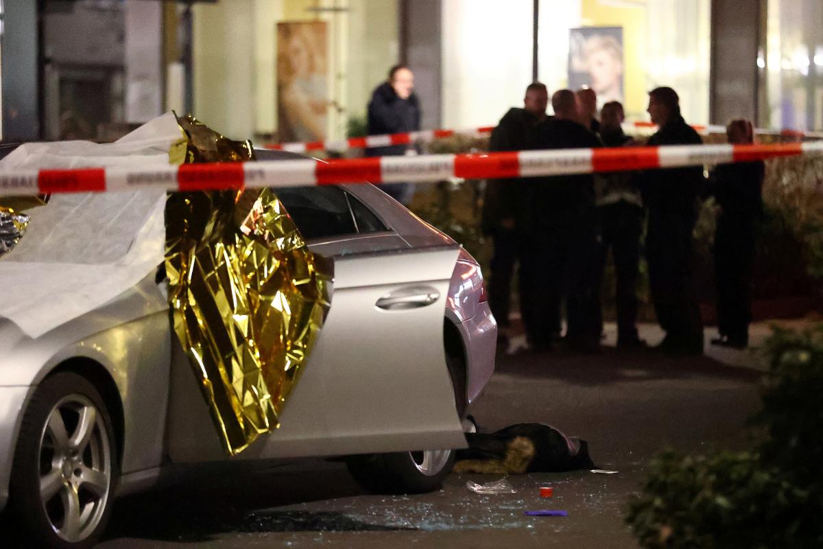 Uno de los fallecidos, junto a un coche, tras el tiroteo.