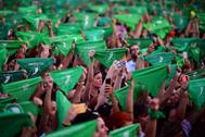Miles de mujeres sostienen pañuelos verdes en defensa del aborto legal en Buenos Aires.