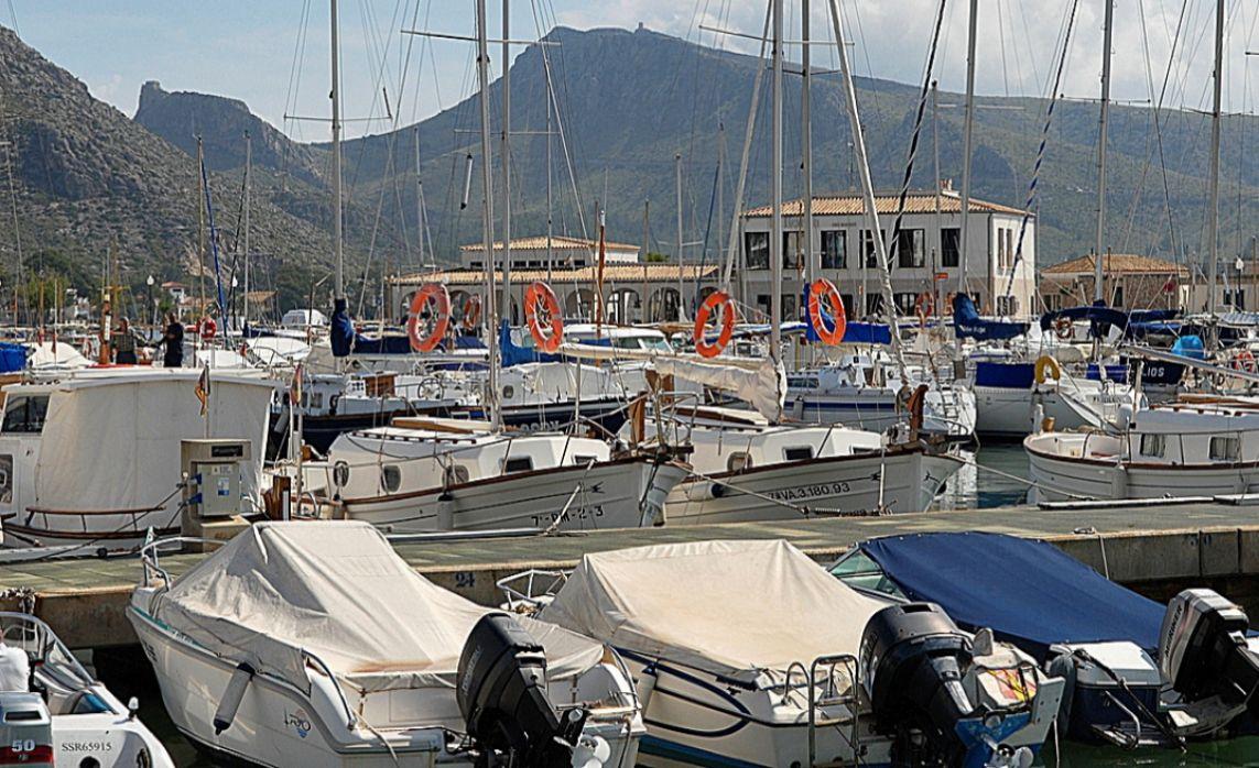 Amarres de pequeñas embarcaciones en el puerto de Pollença.