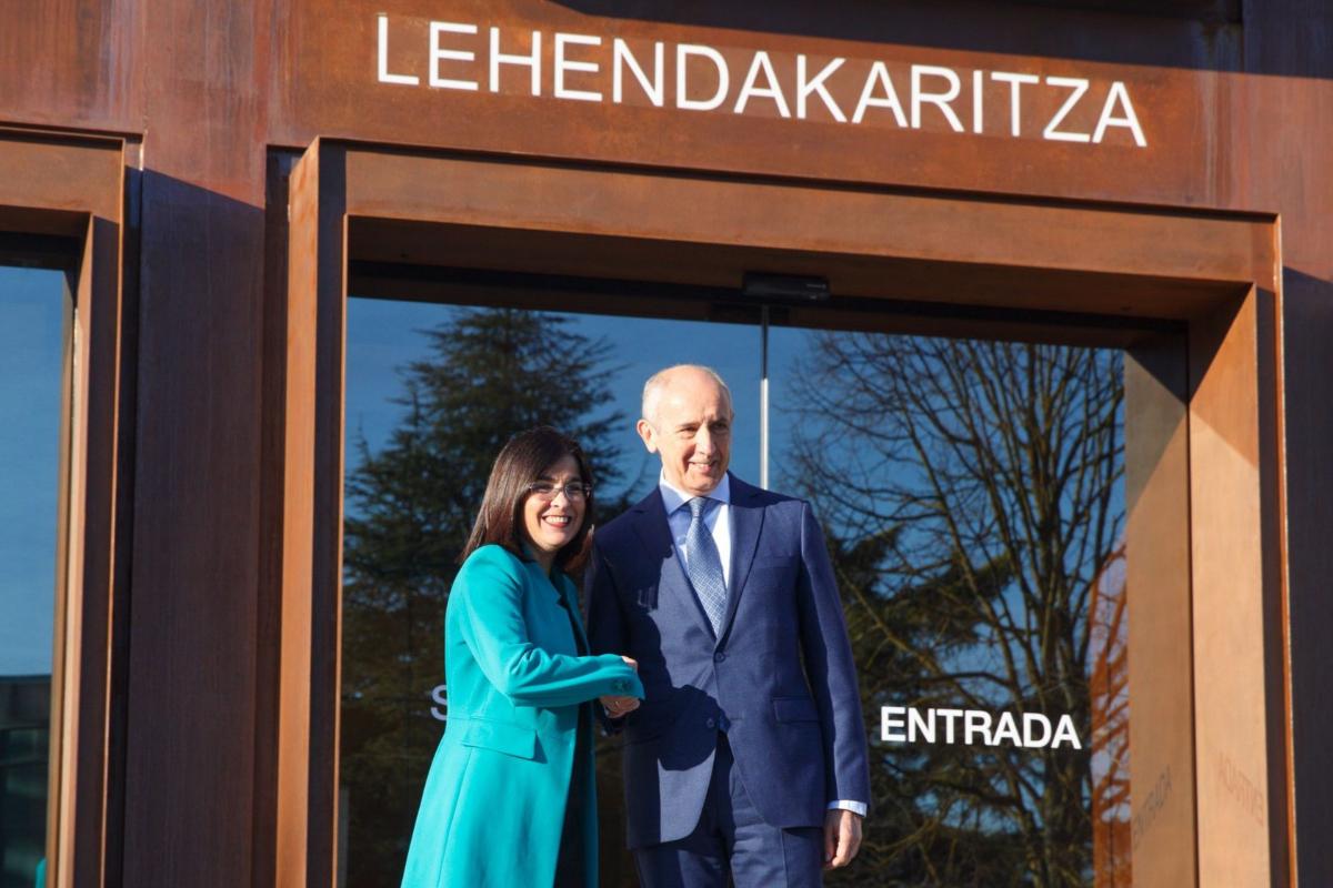 La ministra Carolina Darias y el portavoz vasco Josu Erkoreka, en la sede del Gobierno de Iñigo Urkullu en Vitoria.