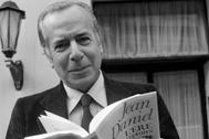 Jean Daniel posa con su libro 'La era de las rupturas', en 1979 .