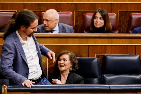 Pablo Iglesias y Carmen Calvo, durante el Pleno del Congreso celebrado el 20 de febrero, antes de mantener una reunión.