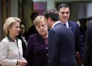Ursula von der Leyen, presidenta de la Comisión Europea, saluda al primer ministro luxemburgués,  Xavier Bettel en presencia de Angela Merkel y Pedro Sánchez.