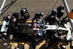 Hamilton, en el garaje de Mercedes, el jueves en Montmeló.