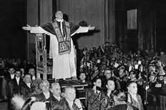El Papa Pío XII, en el Vaticano.