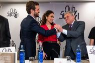 El padre de Leopoldo López saluda al presidente del PP, Pablo Casado, este jueves, en el Club Siglo XXI, en Madrid.