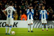 David López, Ferreyra y Naldo, tras el último gol del Wolverhampton.