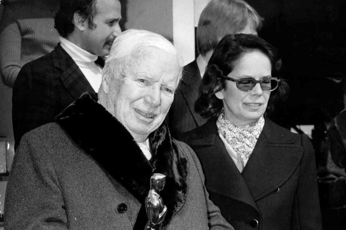 El director y su esposa, Oona, con su Oscar en la mano.