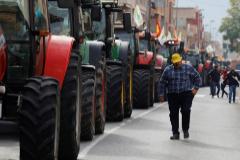 """Miles de agricultores y cientos de tractores toman las calles para exigir precios """"justos"""""""