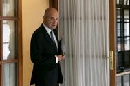 El ex presidente de la Junta, Manuel Chaves, tras abandonar la comisión en el Parlamento andaluz.