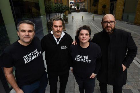 Los tres españoles que 'captaron' al oscarizado Joaquin Phoenix para su causa animalista