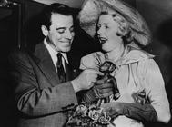 El actor Jack La Rue y su esposa, Edith von Rosenberg, juegan con un mono de peluche tras su segunda ceremonia de matrimonio.