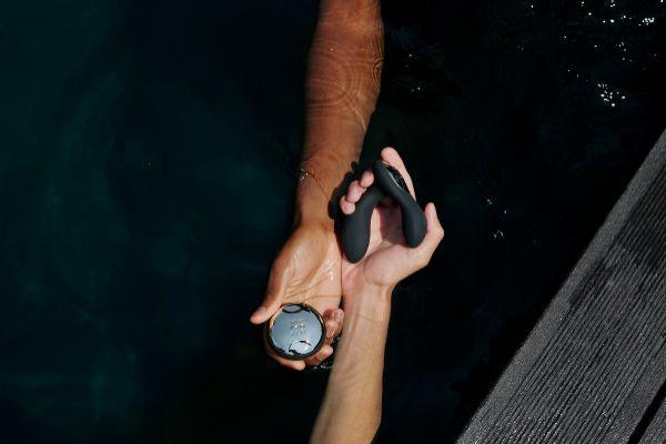 El masajeador prostático de LELO Hugo, con control remoto para usar en pareja.