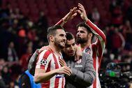 Koke, junto a Correa y Costa, tras el partido ante el Liverpool.