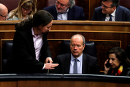 El vicepresidente del Gobierno, Pablo Iglesias, se dirige a la ministra de Defensa, Margarita Robles, en presencia del ministro de Justicia, Juan Carlos Campo.