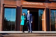 La ministra de Política Territorial, Carolina Darias, y el consejero vasco Josu Erkoreka, este jueves, en Vitoria.