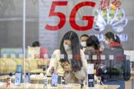 Una mujer en una tienda de móviles Huawei en Guangzhou.