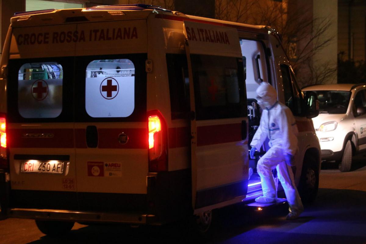 Traslado de uno de los infectados al hospital de Milán.
