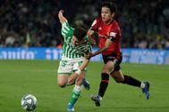 Take Kubo agarra a Alex Moreno en el Villamarín.
