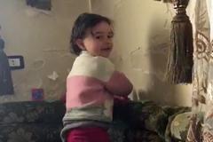 La niña siria que se ríe de  las bombas nació con estrella