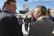 El presidente de PortCastell, Francisco Toledo, en una visita a las instalaciones portuarias junto a Ximo Puig.