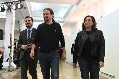 El secretario general de Podemos, Paglo Iglesias (centro), con Alberto Garzón y la alcaldesa de Barcelona, Ada Colau, este sábado, en Madrid.