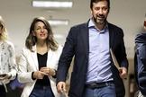 El líder de Podemos en Galicia y diputado de En Común en el Congreso, Antón Gómez-Reino, junto a la ministra de Trabajo, Yolanda Gómez.
